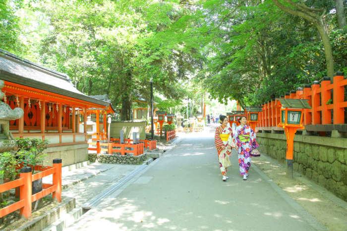 八坂神社境内を歩く着物姿の女性