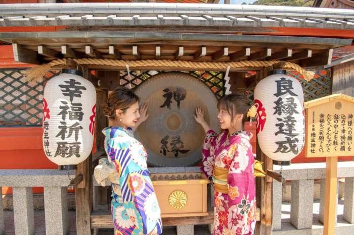 地主神社の銅鑼(ドラ)で音祈願