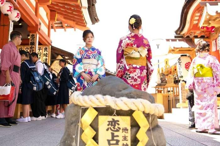 着物姿と地主神社の恋占いの石